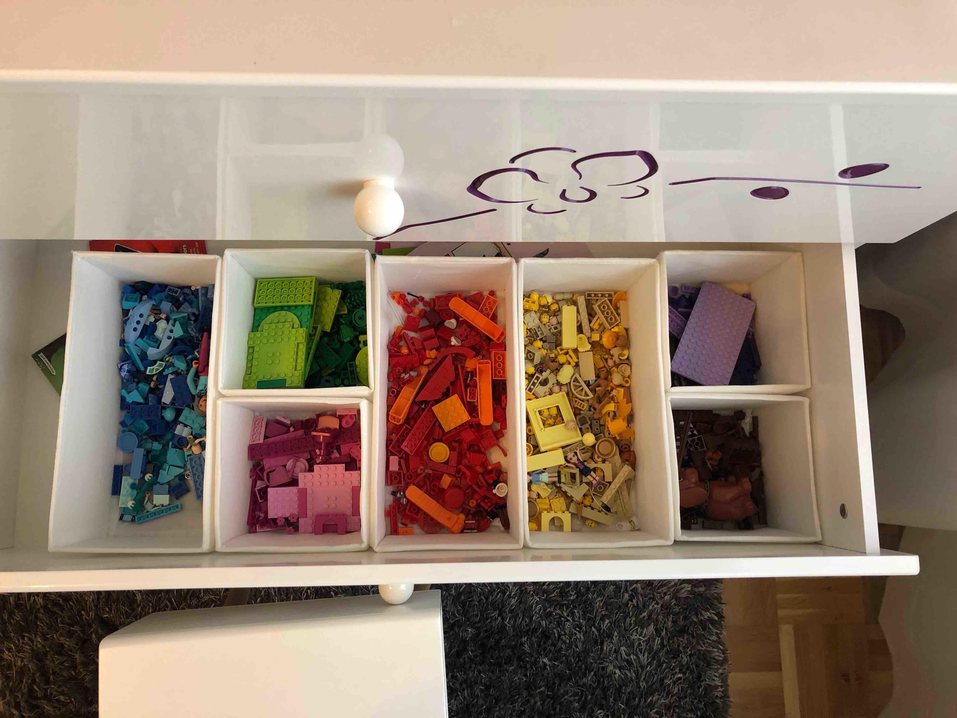 Legosteine farblich sortiert