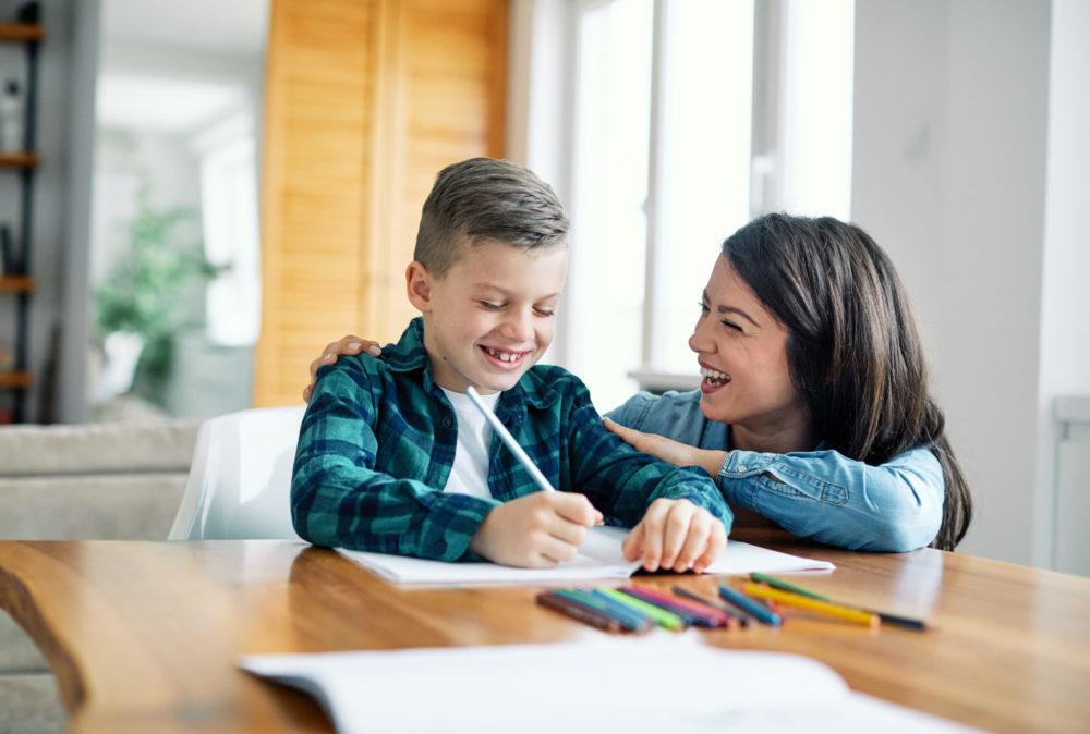 Mama mit Kind bei den Schularbeiten
